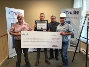Trulite recibe un cheque de incentivos energéticos por $147,428.